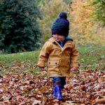 Jak ubrać małe dziecko na jesienny spacer?